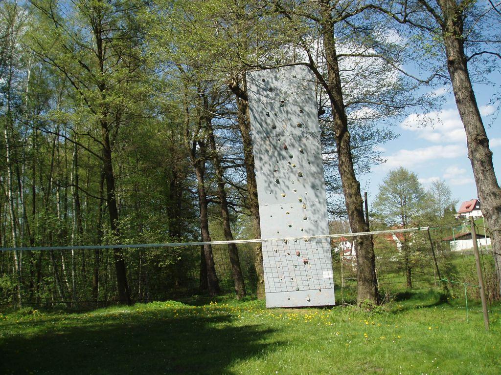 Herberge Bahra - Kletterwand und Volleyballplatz