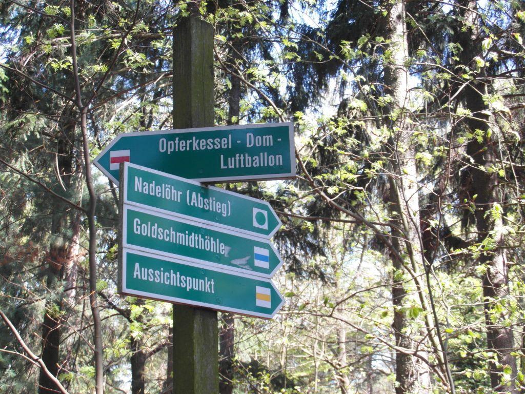 Herberge Bahra - Wegweiser im Wald
